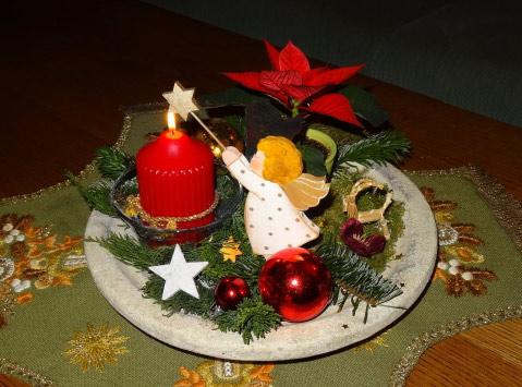 Adventsdekoration mit Engel, Kerze und Zweigen